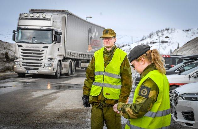 Stille: Trafikken kan variere fra 30 til 200 kjøretøy i løpet av et døgn. Her har Filip Olsen og Liv Elin Kulseth akkurat ankommet riksgrensen.