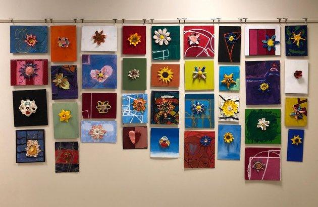 Fargerik utstilling på Ringerike bibliotek
