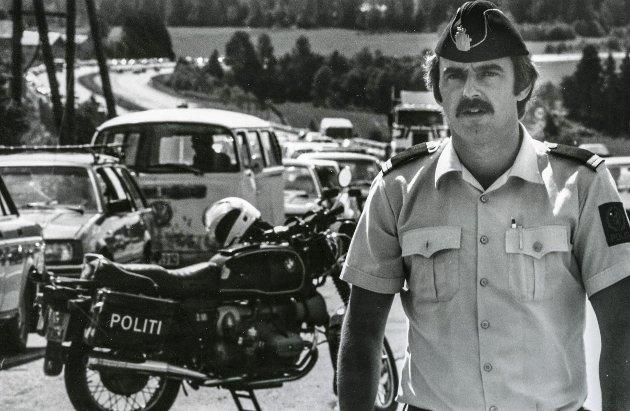 KAOS: Det var tilløp til trafikkaos sommeren 1985, da måtte politiet i Lillestrøm rykke ut for dirigere trafikken på Hvam. Sommerferien var i gang. FOTO: MORGAN ANDERSEN