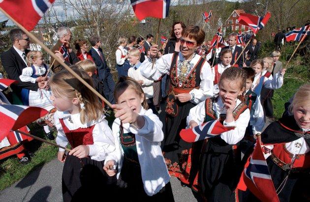 Liv i barnetoget på vei opp til Preståsen..   17. mai 2003 Sandefjord og Preståsen