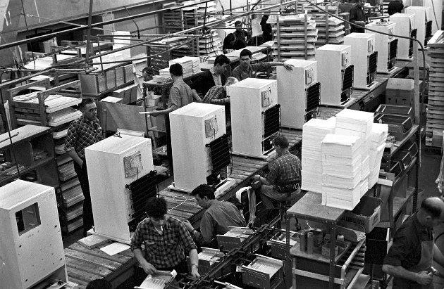 Bildet viser produksjonlinja ved KPS i 1967. Utover 60-tallet vokste konkurransen fra utenlandske fabrikker. (Foto: Teknisk museum. industrimuseum.no.)