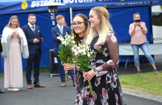 FLOTTE BRUDEPIKER: Brudepikene ankommer smilende i like kjoler og med like buketter.