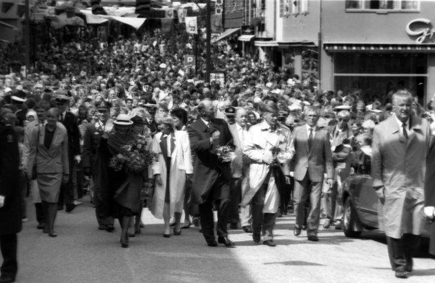 Kongeparet på vandring gjennom byen 29. juni 1992. Et folkehav på alle kanter.