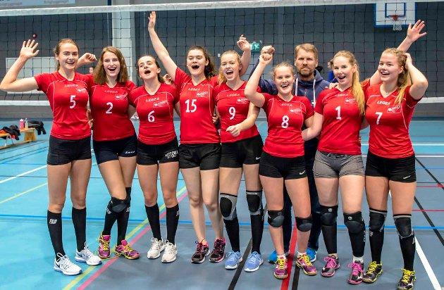Holstad Volley rykker opp. Lørdag feide Holstad Volley jenter 17 all motstand til side i Åshallen og vant turneringen uten å ha avgitt ett eneste sett. Etter seirene rykker JU17-laget opp til høyeste nivå i volleyballkretsen Øst, som omfatter åtte fylker. Her er bilder fra finalekampen Ås spilte mot Skjetten 1, og som de vant 2-0 etter settsifrene 25-10 og 25-10.