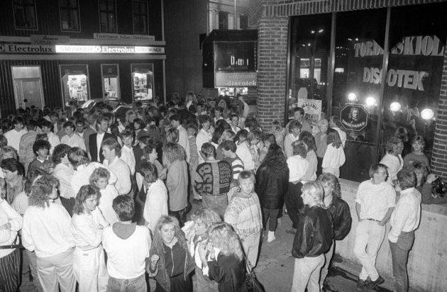Bombetrussel: Full evakuering av diskoteket ved Restaurant Tordenskiold i Fredrikstad etter at en mann ringte inn en bombetrussel til politiet. 12.10.1987