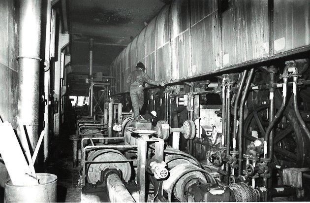 En arbeider på jobb inen i fabrikken på Saugbrugs i januar 1982.