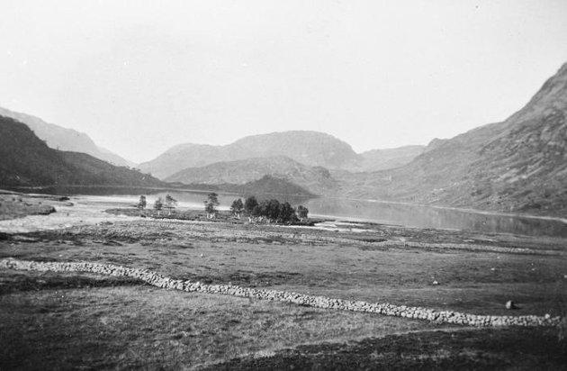 Slik så det ut i Valldalen i Røldal før kraftutbyggingen. Dalen var det eneste stedet der den norske seterkultur ennå eksisterte. På 60-tallet ble det bygget en nitti meter høy demning tvers over Hyttejuvet lengst sør i Valldalen for å skape en ny ti kilometer lang innsjø.