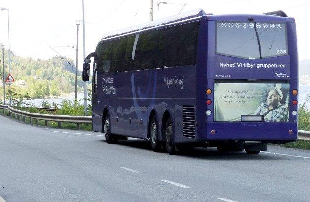 Et sjeldent syn: En buss mellom Holmestrand og Sande. Enda sjeldnere er det å se en buss mot Hof. Foto: Lars Ivar Hordnes
