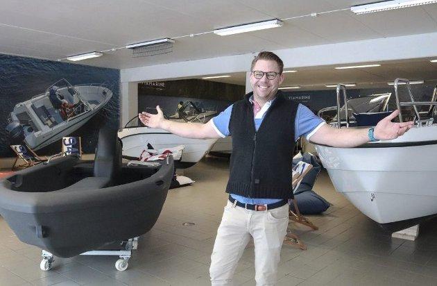 Velkommen: Christian Eyde ønsker velkommen inn, og en båtbutikk ønskes velkommen til byen. Dette er vinn vinn. Foto: Ulrikke G. Narvesen