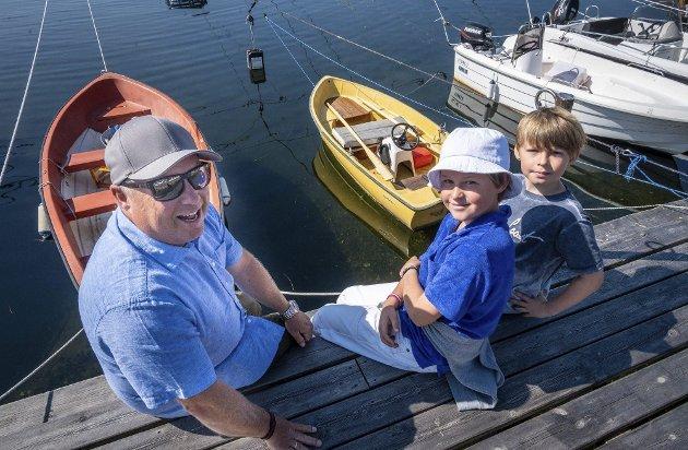 Blide fjes: Pål Bentsrud (49), William Bentsrud (10) og Mathias Bentsrud (12) takker alle som bidro til å finne familiens båt så raskt. Foto: Rune Folkedal
