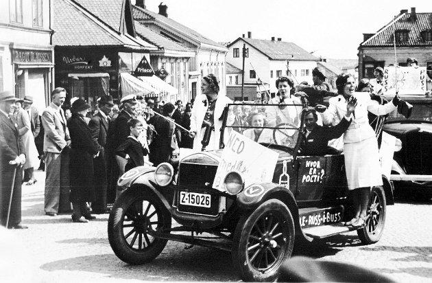 Tradisjon: Russefeiringen har lange tradisjoner, og allerede i russetoget i 1939 var russebiler i bruk.Arkivfoto
