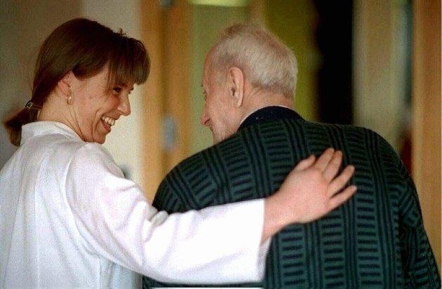 LYTT: Hilde Larsen Damsgaard ber lederne lytte til helsefagarbeiderne. (Illustrasjonsfoto)