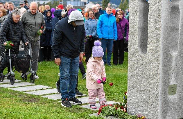 10-årsmarkering etter 22. juli 2011 på Havmannplassen. Mange folk hadde med roser som de la ned ved minnesmerket.
