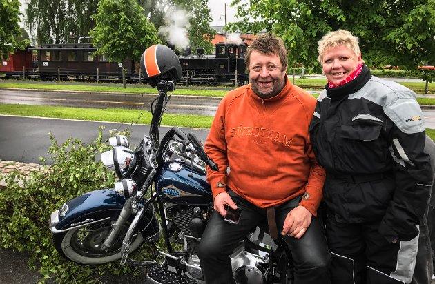 GLIS: Tor Stålevoll og Evy Voll gliser bredt etter to tomers tur på motorsykkel i regnvær.