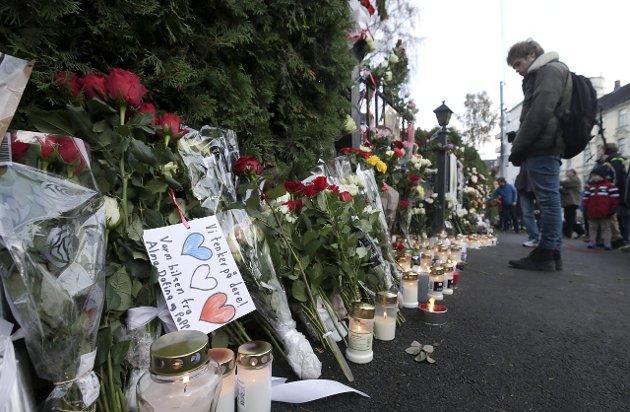 MINNES OFRENE: Mange la ned blomster og tente lys utenfor den franske ambassaden i Oslo i helgen. Foto: NTB scanpix