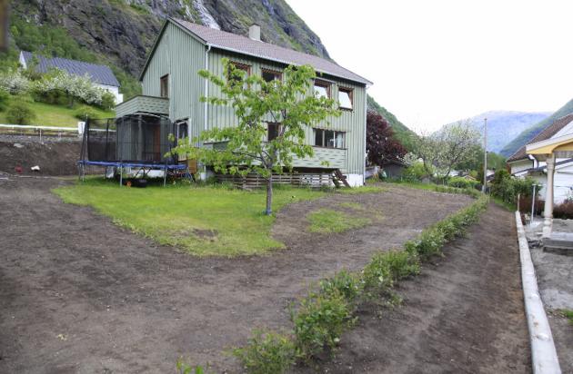 2012. Heile hagen er rydda for gamle tre og busker, og planen var kun ein hekk 2 meter frå grensa.