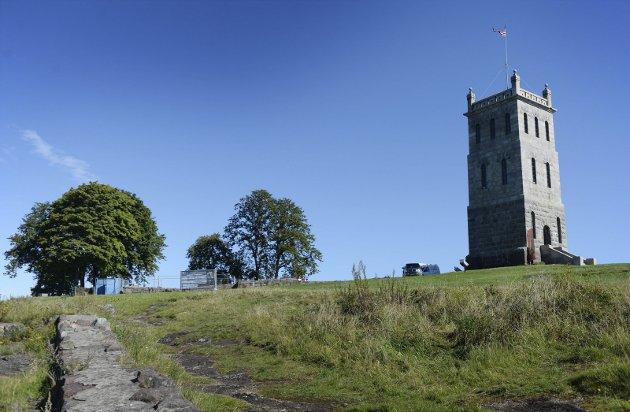 UNIKT: Det finnes bare ett slottsfjell. Ruinene av Mikaelskirken til venstre i bildet er under restaurering. Foto: Anne Charlotte Schjøll