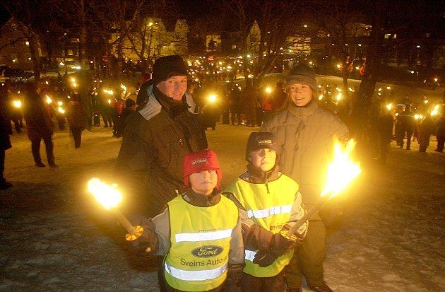 Nyttårsfeiringen i Bodø 2002, med fakkeltog i Rensåsen  tidlig på kvelden, og den tradisjonelle rakettoppskytingen ved midnatt.   Foto: Ernst Furuhatt.