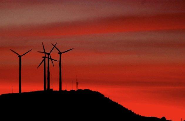 Det haster ikke å bygge flere vindmøller i norsk natur. Spesielt ikke når de er uønsket i kommune og lokalmiljø, og nesten bare tjener utenlandske interesser.