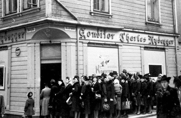 Kø utenfor bakeriutsalg i Skostredet under andre verdenskrig.