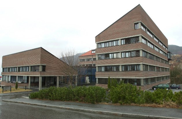 HERRE I EIGE HUS? Fylkeshuset på Hermansverk.