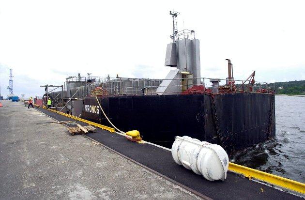 Rant ut i Glomma: Kronos Titan frakter syre for deponering på Langøya i Holmestrand med lekter. Utslippet kom som følge av feil på en lasteslange. Innholdet i utslippet er blant annet 20 prosent svovelsyre, ifølge nyhetssak i FB.