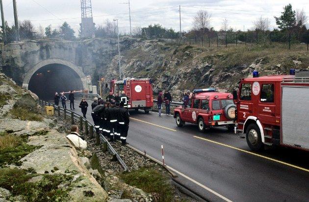 Steinar Mathisen frykter økt tungtrafikk og dermed fare for alvorlige ulykker i Hvalertunnelen dersom det blir pukkverk på Kirkøy. Bildet er fra redningsøvelse etter en fingert kollisjon mellom buss og personbil inne i tunnelen.