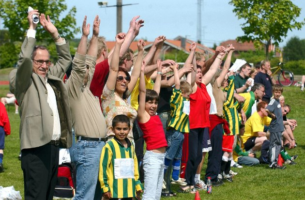 Foreldre og supportere: Foreldrene på Lisleby-benken tar bølgen for laget sitt under en turnering i 2006. De følger tydelig opp rådet om å ha fokus på idrettsglede og mestring.