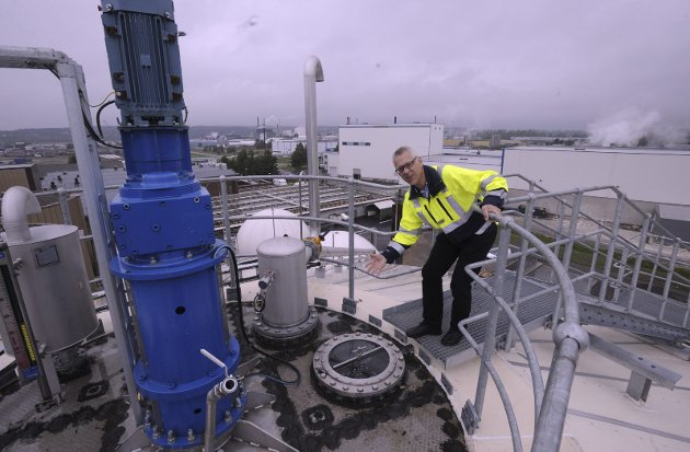Råtnetank: Råtnetanken rommer 3000 kubikkmeter gass. Frevar-direktør Fredrik Hellström forklarer hvordan metangassen dannes i råtneprosessen. Frevars anlegg forsyner de rundt 100 biogassbussene i Nedre Glomma. Arkivoto: Øivind Lågbu