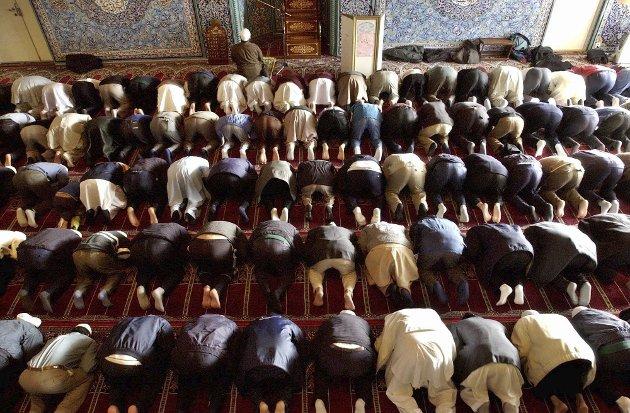 Motvirke Radkilaisering: Fra fredagsbønnen i en moske på Grønland i Oslo tidligere i år. Det er bra at ledere på norsk venstreside nå spør hvordan blant annet imaner arbeider for å motvirke radikalisering blant unge muslimer, skriver Stein Sneve. Foto. NTB