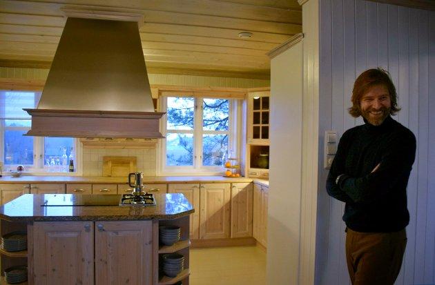 FURUKJØKKEN: Viggo liker særlig godt at det er mye bruk av naturlige materialer i huset.