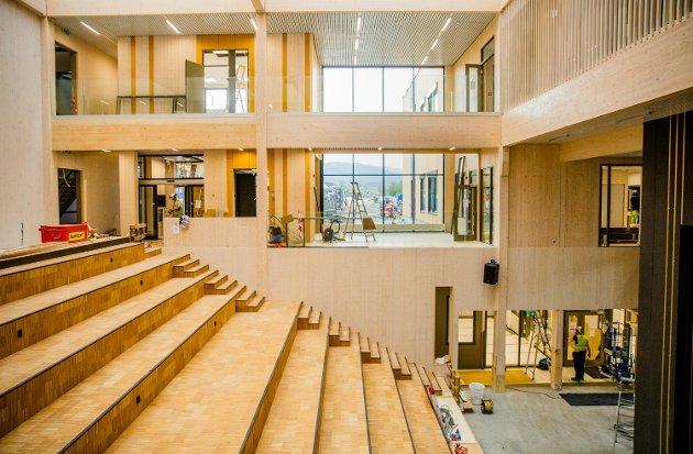 På innsiden av nye Nordre Ål skole. Midt i skolebygget er det store hjerterommet, med scene og godkjent plass til 700 personer.