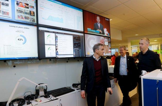Jonas Gahr Støre (AP) besøker Haugalandet, deriblant Mediehuset Haugesunds avis og Grinde skole.Redaktør Einar Tho, Jonas Garh Støre og Arne-Christian Mohn