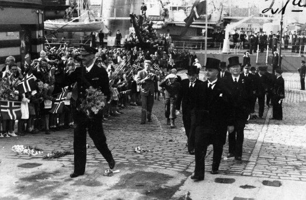 MOTTATT MED JUBEL: Kong Haakon på vei opp Torgbakken i Haugesund 22. august 1945.
