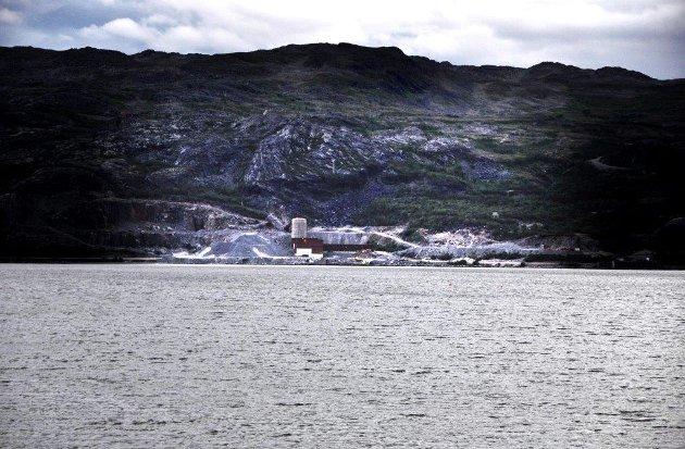 GRUVEAVFALL: Innsenderen minner fiskeriministeren på norske gruvers planer om å deponere gruveafall i havet. Bildet viser Nussirs anlegg i Kvalsund.