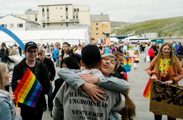 Simon kongsbak var intiativtakeren bak årets Pride i Hammerfest. Det ble både klemmer og tårer etter at paraden var over.
