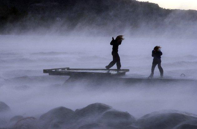 NOVEMBER 2003: Camilla Løyning og Aina Hauge nyt stormkasta på Opsangervatnet.