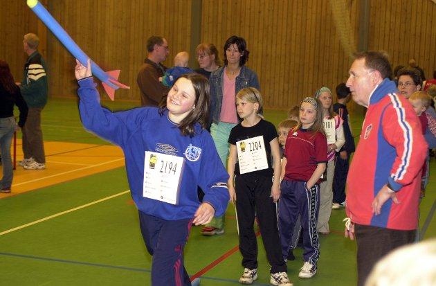 Helene Svellingen Skogseth kastar spyd. Tjerand Lunde følgjer med.