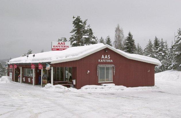 Aas kafeteria, den gang bygget fortsatt var rødt. Bildet er fra 2003. Nå er hele kafeen lagt ned og borte.
