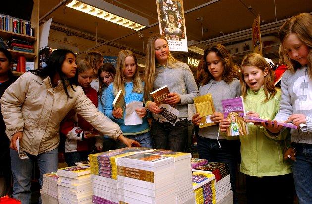 2005:Bokhandelen Interbok i Dronningensgate delte ut gratis bøker til 6. og 7. klassinger fra Verket Skole