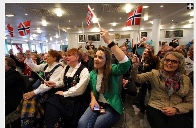 Skribenten, i grønt, under ett folkemøte om Nord Universitet på Nesna.