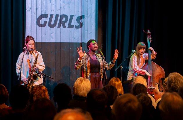 FEST PÅ FRISCENA: Jazztrioen GURLS, (f.v.) Hanna Paulsberg,  Rohey Taalah og Ellen Andrea Wang, sørget for god stemning og høy temperatur på Friscena torsdag kveld.