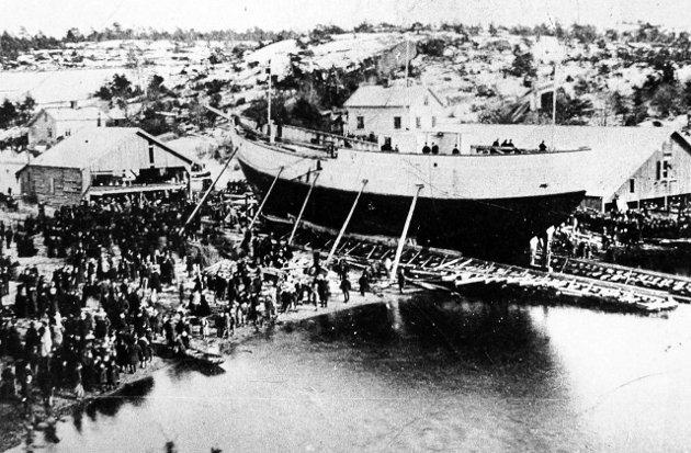 Skipsføreren: Otto Sverdrup var «Fram»s skipsfører. Her blir polarskuta sjøsatt i Rekkeviksbukta høsten 1892.