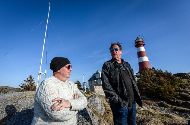 Frank Marstokk og Reidar Sørensen bor på og driver Skrova fyr.