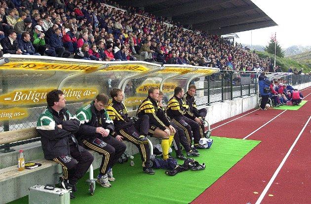 I oktober spilte Stålkam kvalifiseringskamp borte mot Hødd. Her ser vi benken foran hovedtribunen på Høddvoll. Den første kampen på Moheia endte 1-1, men det ble stortap 1-6 på Sunnmøre i returkampen.