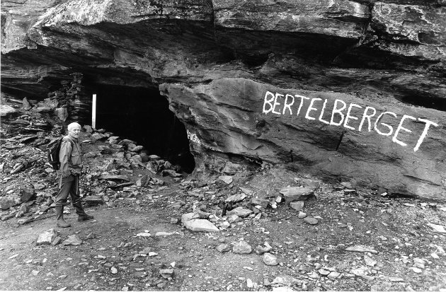 Bertelberget 1991. Bertelberget som turistattraksjon er oversett av turistkontoret, og mangler informasjon til besøkende. Likevel tyder stien opp til sølvgruva i Mofjellet på ganske mye besøk.