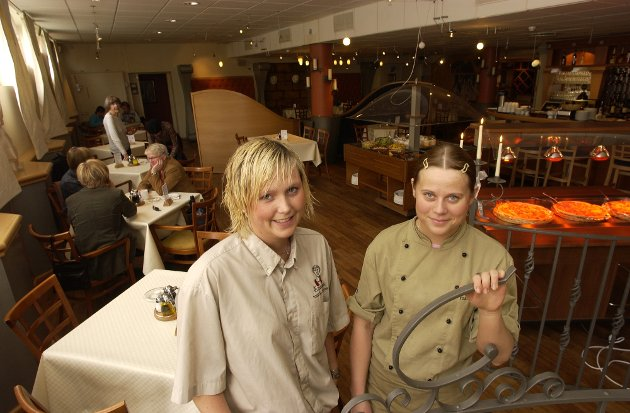 April 2004: Camilla Strømsnes, daglig leder og Nina Nilsen, kjøkkensjef ved Cæsar restaurant.