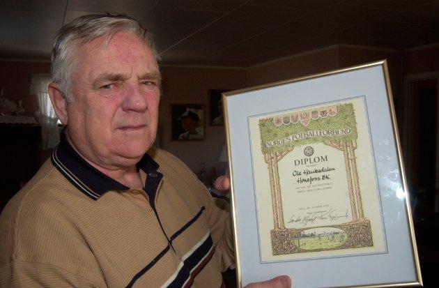 MINNES: Ole Haukedalen gikk bort 13. mars i år. Her er han avbildet i forbindelse med at han mottok diplom av Norges Fotballforbund.