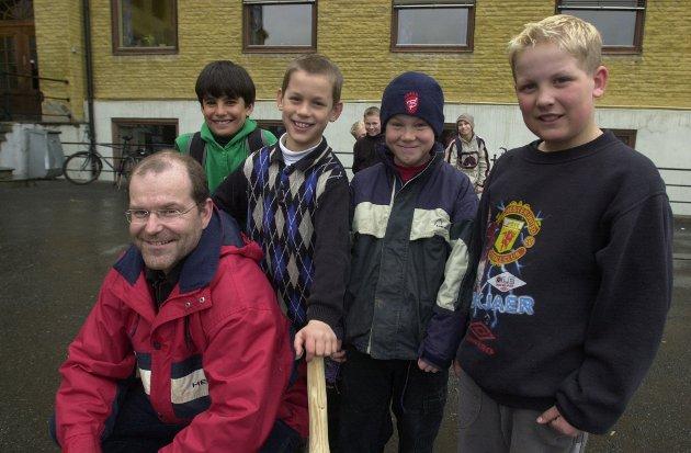 Forran: Undervisnings-inspektør Trygve Beier Olsen. Bak fra venstre: Kaveh 12 år, Magnus 8 år, Håkon 8 år og Mads 9 år.