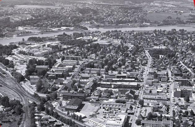 LILLESTRØM: Kjenner du deg igjen? Det har endret seg noe, bybildet av Lillestrøm. Dette flyfoto som er tatt av fotograf Morgan Andersen, viser hvordan det så ut i mai 1989.            FOTO: MORGAN ANDERSEN